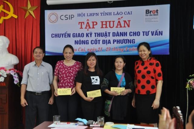 Bà Hà Thị Khánh Nguyệt – Chủ tịch Hội Phụ nữ tỉnh Lào Cai – trao thưởng cho nhóm thắng cuộc